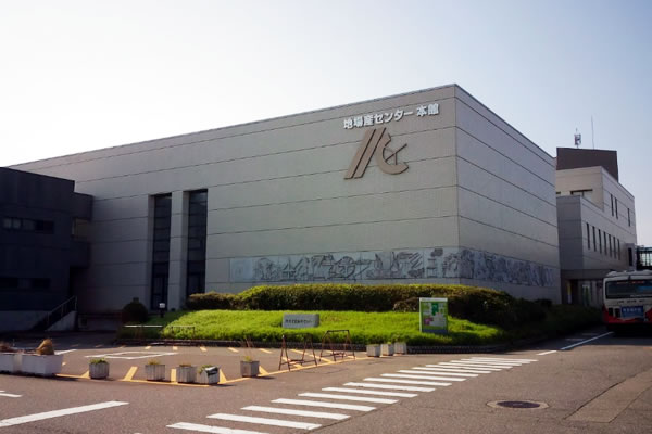 石川県地場産業振興センター外観